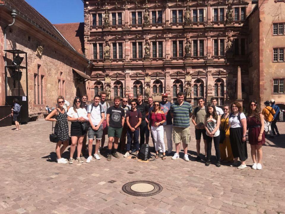 Photo de groupe BTS 1 devant le Château d'Heidelberg